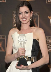 Anne Hathaway with her award